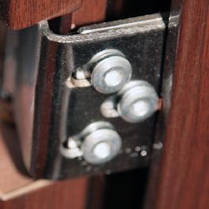 Ремонт входных дверей: петли