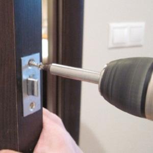 Замена замков в металлической двери: этапы